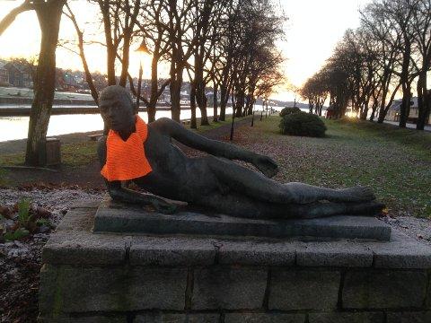"""Hans Jacob Meyers skulptur """"Liggende dikter"""" ved Kanalen er blant de heldige som har fått litt ekstra varme fra Kirkens Bymisjon i dag."""