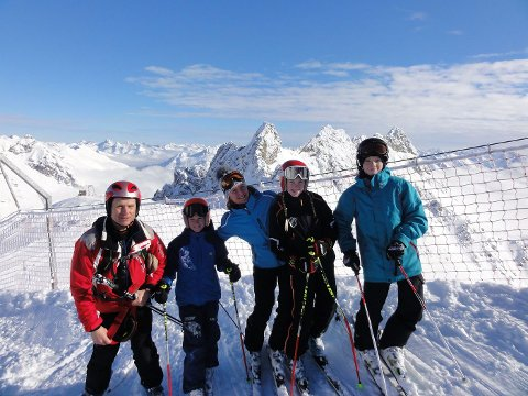 BETALER SEG: Karianne mener de får veldig mye igjen for barnas alpininteresse. Fra venstre: Jan Erik Thoresen, Fredrik, Karianne, Martine og Andreas Henni. FOTO: PRIVAT