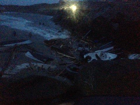 Tre sjøboder er knust til pinneved og båter er skylt opp på stranda i Eltravåg.
