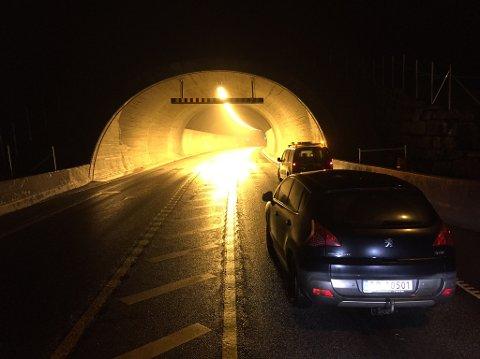 Kolonnekjøring i Karmøytunellen i kveld.