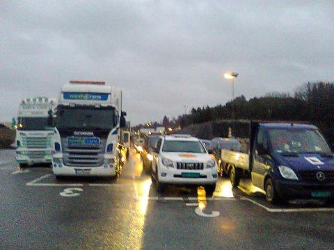 LANG KØ: De fleste kjørefeltene på Mekjarvik er fylt opp av kjøretøy mandag formiddag. FOTO: SIGMUND HANSEN