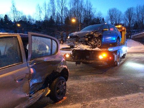 STORE SKADER: Begge bilene fikk store matrielle skader etter den kraftige kollisjonen i Griniveien tirsdag.