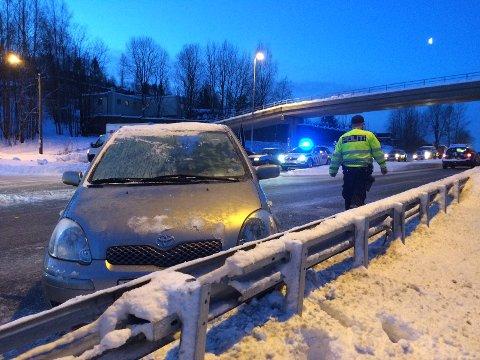 DÅRLIG SIKT: Denne bilen kom ut fra Grini Næringspark. Sikten var dårlig og føreren så ikke at det kom en bil på Griniveien.