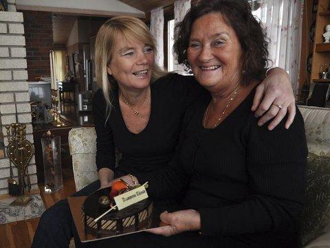 OVERRASKET: Datteren Vivi klarte å overraske moren Anne Lise, da dagens kake ble delt ut. FOTO: inger boldvik