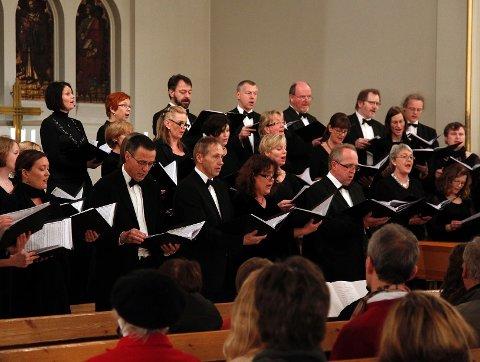 På julekonserten i Høvik kirke onsdag kveld fikk publikum høre opprinnelsen til mange av de de mest kjente julesangene vi kjenner i dag.
