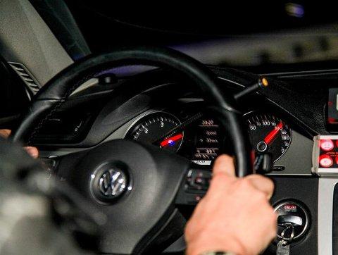 23:30 Speedometeret viser nærmere 160 kilometer i timen på riksvei 23 gjennom Røyken mot Lier.