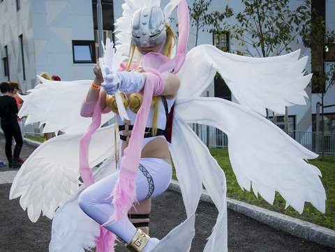 Syr selv: Benedikte Pedersen synes det å lage kostymene selv er det morsomste med cosplay. Her utkledd som Angewomon  fra den japanske tegneserien Digimon. Foto: Ole-Martinius Yngve Ulberg