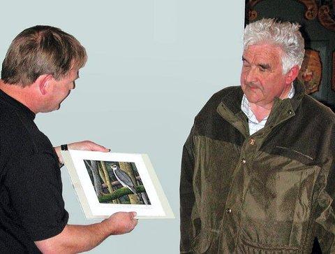 PRIS: Hans J. Engan (til høyre) fra Tynset har mottatt Foreningen Våre Rovdyrs rovviltpris for 2006. Her får han prisen overrakt av styreleder Birger Westergren. <I>Foto: Privat</I>