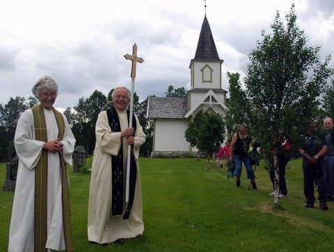 Det lille Dalsbygda kapell (i bakgrunnen) fyller hundre år i år. Fra venstre: sokneprest Berit Helgestad og pilegrimsprest Arne Bakken. (Foto: Karin Tørklep Sletten)