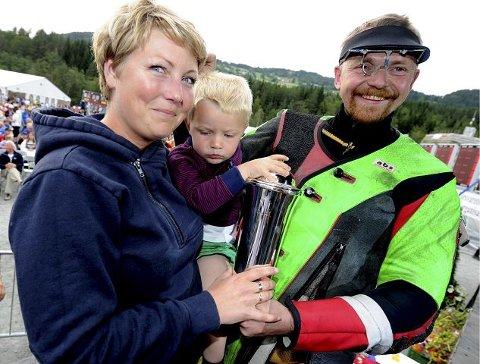 Hans Kristian Wear sammen med kona Ruth Elise og sønnen Ole Kristian. ALLE FOTO: OLE JOHN HOSTVEDT