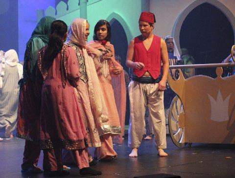 Aladdin gir prinsessen er rose til tross for at han kan bli halshogget for å prate med henne. Kjærlighet ved første blikk.