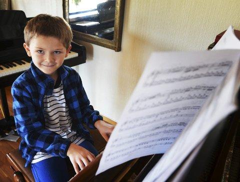 INTERNASJONAL ELITEKONKURRANSE: Daglig øver Samuel Sabbah på det fem minutter lange programmet han skal spille i pianistkonkurransen i Newcastle.Foto: Per Gilding