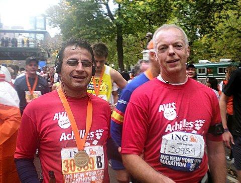 Bedir Yiyit (til venstre) og Rune Holtze Jensen løp inn til tiden 3.52.35 i New York Marathon. Her er de avbildet etter målgang i Central Park. foto privat