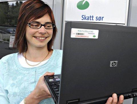 SKATTEJEGER: Magdalena Wood fra Kongsberg er skatterevisor. Hun er en av skatteetatens jegere som jakter på mulige skatter og avgifter fra bloggere på internett.  FOTO: STÅLE WESETH