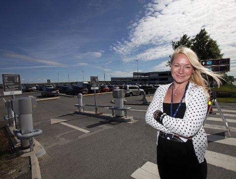 Markedssjef Silje Thoresen på Moss lufthavn Rygge sier at er klart til å ta sommertrafikken. – Det skal ikke stå på parkeringen, sier hun.