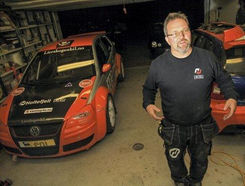 Her i garasjen har Erik Flaten funnet roen og gleden etter at Christian gikk bort. Nå har han tre strøkne Volkswagen Polo S1600-biler å holde styr på, noe han gjør med stor glede og entusiasme.