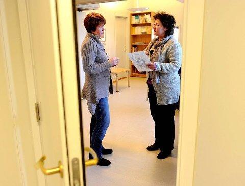 Familieterapeutene Britt Landsgård (til venstre) og Merete Grasmo ved Kirkens Familievernkontor i Sandefjord vet hva som skal til for å hindre en konfliktfylt jul med familien. FOTO: OLAF AKSELSEN