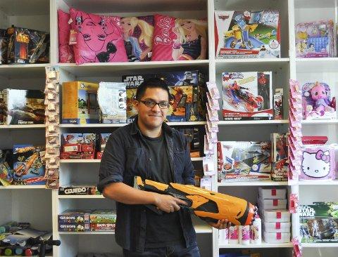 LEKER: For Johannes (18) er jobben i lekebutikken til Sande produkter en drøm som har gått i oppfyllelse. Mestringsfølelsen er den beste, mener han selv. Begge foto: Elin Johannessen