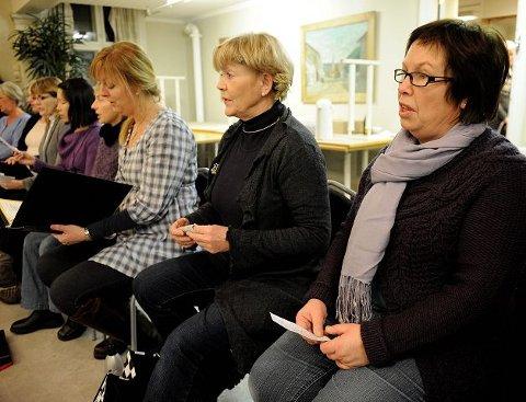 Berit Pedersen (f.h.) fra Sandefjord, Mette Myhre og Trude Rauan terpet på sanger fra «Carmen» og «La Travita» i Sandar Herredshus mandag. Foto: Olaf Akselsen
