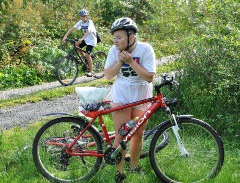 Ida Bjørge Magnussen sørget for å få på seg hjelmen sin før hun startet på syklingen. FOTO: Olaf Akselsen