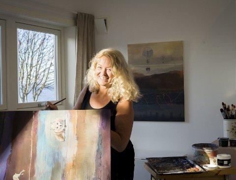 Inspirert av lyset på Larkollen: Kunstner Anne Margrethe Hjelvik på jobb i sitt atelier i Larkollen.foto: ingeborg øien thorsland