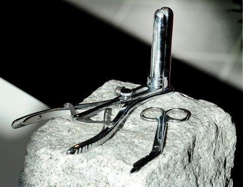 Nødsaks: I butikken selger Tone Sønstrød analåpner og sakser som kan brukes i nødsfall.  Foto: Sven- Erik Røed