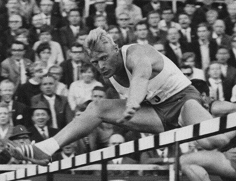 1963: Friidrettsutøver Kjellfred Weum fra Hellas foreviget i spranget. Weum ble bl.a. nordisk mester i 110 m hekk i 1963. (FOTO: DT ARKIV)