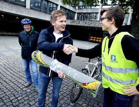 Symbolteppe: Kristian Brevik i ungdomsorganisasjonen overrakte ordfører Tage Pettersen en gave. Til venstre Tomas Colin Archer.