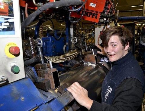 Sveis: Annette Hansen styrer en av de avanserte sveisemaskinene hos Høiax. Alle varmtvannsberedere trykktestes.