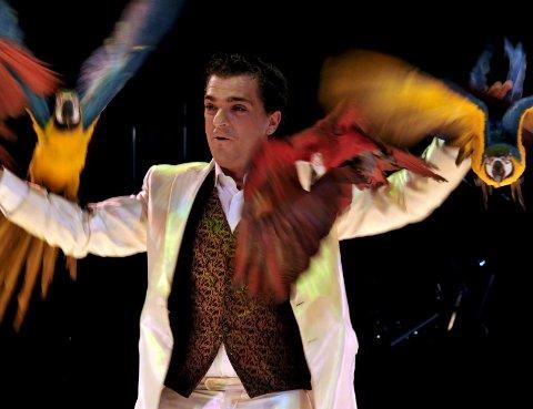 Flakset rundt: Spanjolen Juan Gutierrez fikk papegøyene sine til å gjøre det aller meste – inkludert å stå på rulleskøyter.