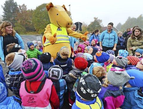 Omsvermet: Trygg Trafikks «Tarkus» fikk mest oppmerksomhet under gårsdagens arrangement i Trollklubben barnehage.
