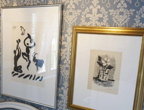 PÅ NÆRT HOLD: Inne i den ene bygningen kan du studere 40 av Pablo PIcassos litografier eller linoleumssnitt. Alt er til salgs.