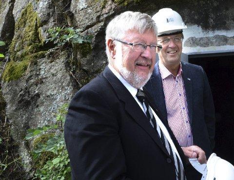 ÅPNET:  Fylkesordfører Per-Eivind Johansen (til venstre) og ordfører Petter Berg syntes det var en glede å endelig kunne åpne hulene.