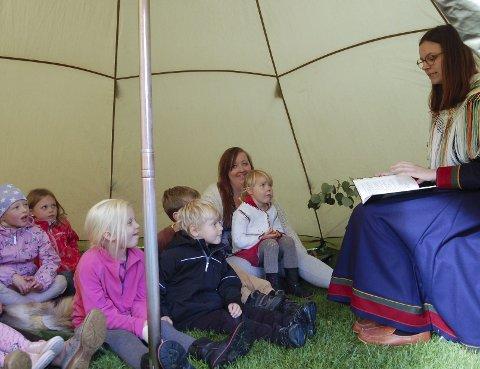 LITT SKUMMELT: Christina Sleipnes leser et eventyr om Stalo, som er en sær og skummel figur i gamle, samiske eventyr.