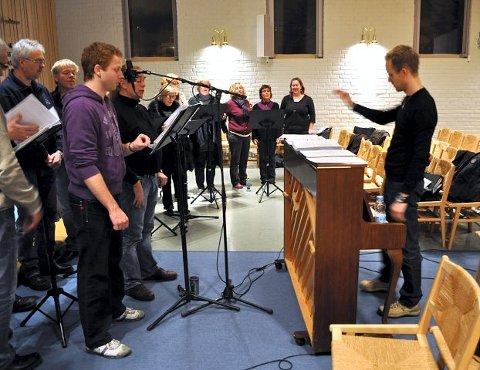 INSPIRERT: I fremste rekke: Jon Due og Arnt Egeland. Øystein Lund Olafsen dirigerer.