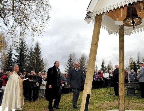 ØYEBLIKKET: Her er giver Øivind Jørgen Risberg, til venstre, og klokkestøper Eljas Juutilainen på veg til det store øyeblikket <I>&#8211;</I> de første slagene i klokka. Til venstre biskop Solveig Fiske. $BYLINE_ON$Alle foto: Sverre Viggen$BYLINE_OFF$