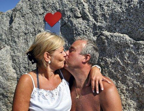 BRYLLUPSDAG: Kari Anne Myhre Hoen og Børre Hoen feirer bryllupsdagen med et smellkyss.