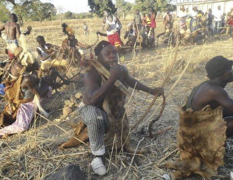 Krigsdans: Ghana har bydd på mange kulturelle opplevelser. Her gjennomføres en krigsdans som underholdning i en begravelse.