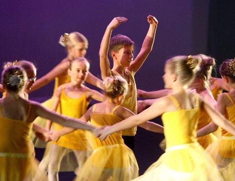 LOKAL DANS: En del dansekvelder i Festiviteten framover. Lokalt, nasjonalt og internasjonalt. Her unge lokale Kick-føtter. Foto: Alfred Aase