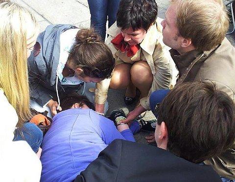 DRAMATISK ANFALL: Anita ligger bevisstløs på fortauet foran Stortinget mens ambulansen er på vei.