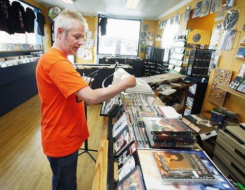 I ei vanskeleg tid for uavhengige musikkbutikkar med store kjeder og lågare inntening, held framleis Vidar Aas og Shabby Records fram med butikken som starta i 1989.