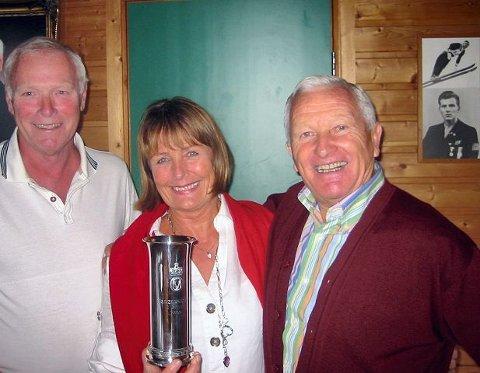 Inger Bagel overrakte Roar Løwer Nilsen (t.v.) og Ulf Hagen kongepokalen 11 år etter. De to herrene spilte på Drafns mesterlag i bandy den gangen, mens Inger vokste opp med pokalen på peishyllen.