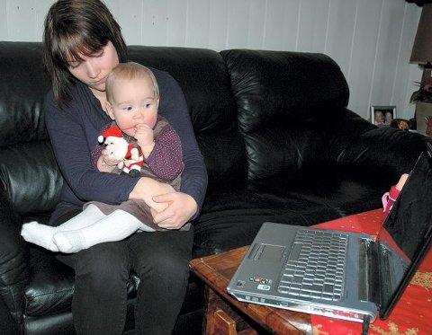 Ti måneder gamle Dina Sofie, her på fanget til mamma Ida Victoria Johansen, puttet fra ledningen til en datalader i munnen og fikk støt.