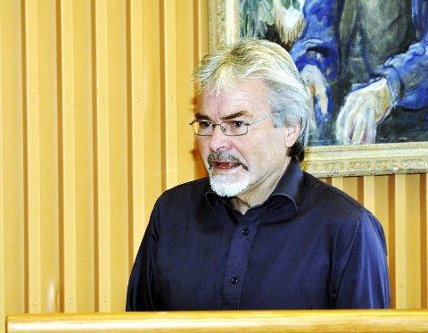 Tidligere fylkesvaraordfører Runolv Stegane (V) er ikke nådig i sin kritikk av sine egne kolleger i fylkestinget.