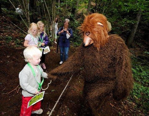 3 år gamle William Schmidt hilste pent, og sang Kaptein Sabeltann-sangen for bjørnen i Trollskogen.
