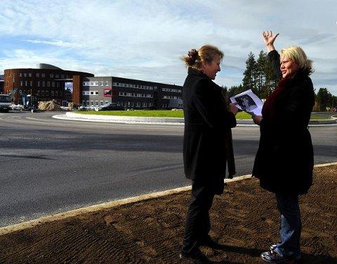 Billedhuggerens datter Dyveke Bast og kultursjef Line M. Rustad fant tonen ved befaring ved rundkjøringen. Innfelt foto av kvinneskulpturen som kan være aktuell.