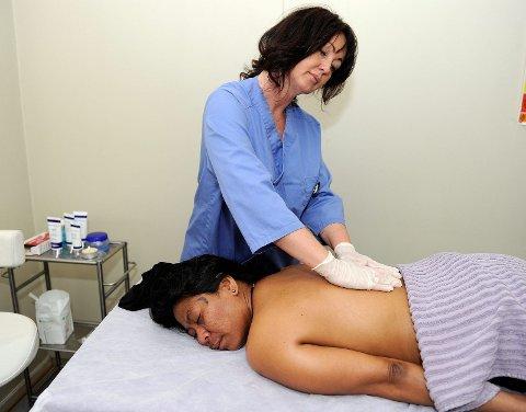 – Det er like rørende for oss å se den takknemligheten som det er godt for dem å bli behandlet, sier medisinsk hudpleier Monica Waaberg, mens hun gir Nok en massasjebehandling.