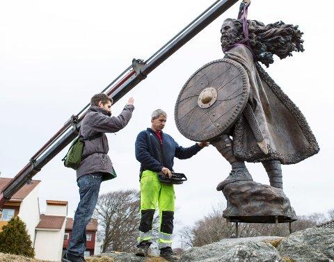 Kunstneren Frode Mikal Lillesund (t.v.) og Tormod Øvretveit finner riktig vinkel til Harald Hårfagre-statuen.