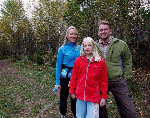 TIL TOPPS:  Familien Tunold var en av mange som trosset sur vind og deltok på årets Røykenmarsj.
