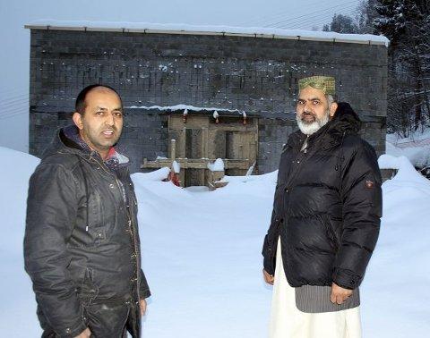 Den nye moskeen på Fjell begynner å ta form. Den første delen får tak til uken, og snart murstein rundt. Leder av byggekomiteen Sajid Mukhtar og imam Ahmad Noor forteller at de håper å flytte inn rundt påsketider.